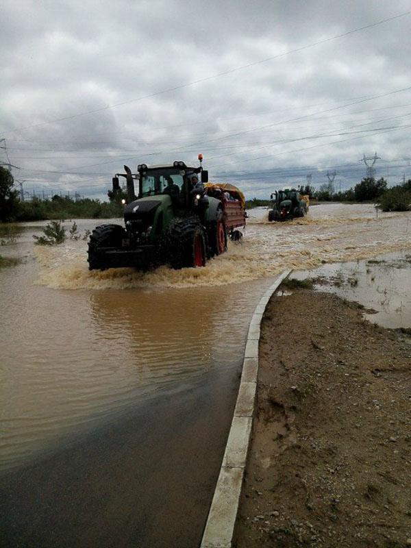 Resevanje z pomocjo ogromnih traktorjev