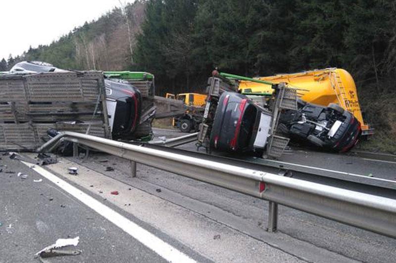 Zaradi prometne nesreče zaprta oba pasova AC